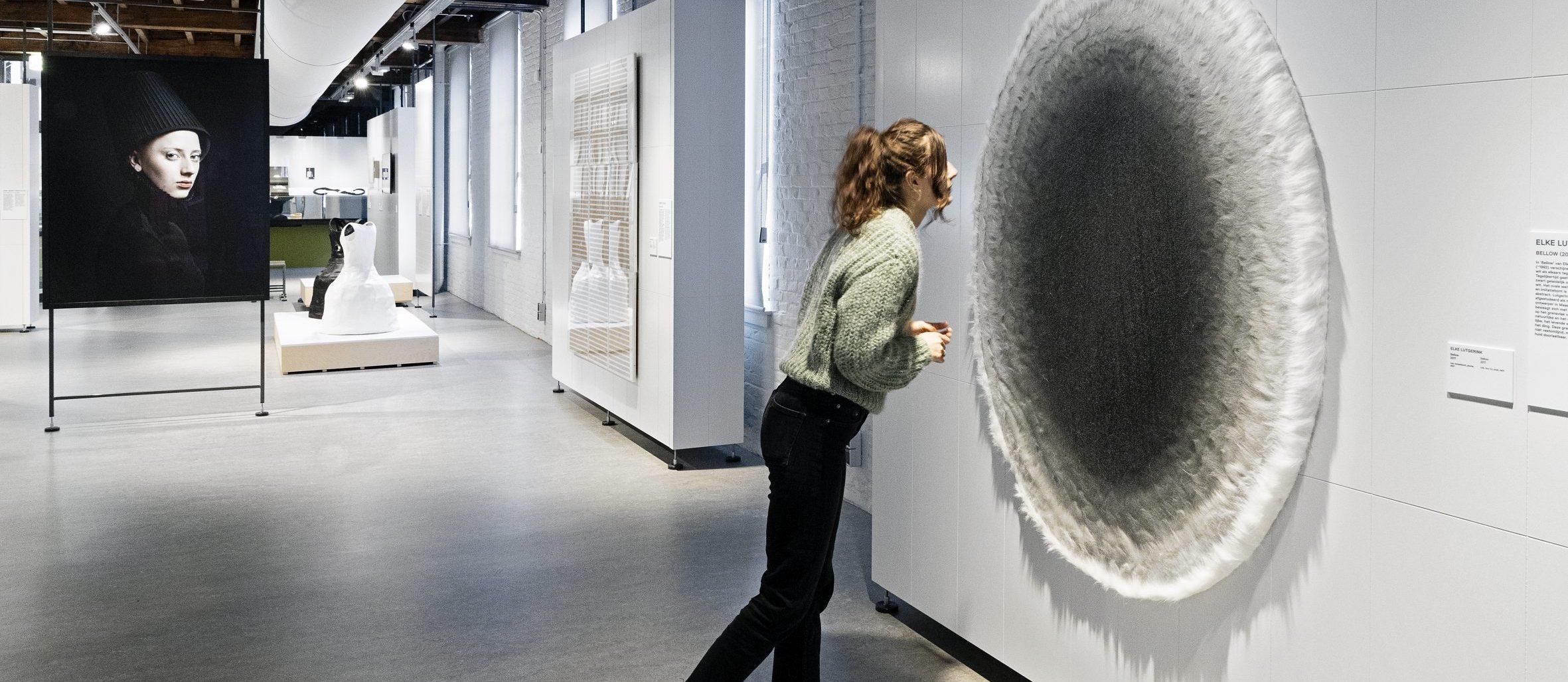 Bezoeker in de tentoonstelling Black and White