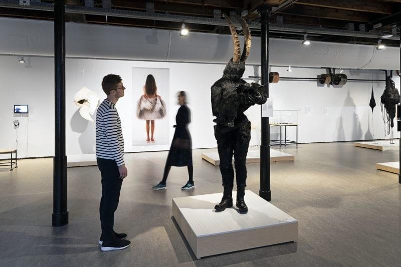 Bezoeker bij het werk van Alet Pilon. Foto: Josefina Eikenaar
