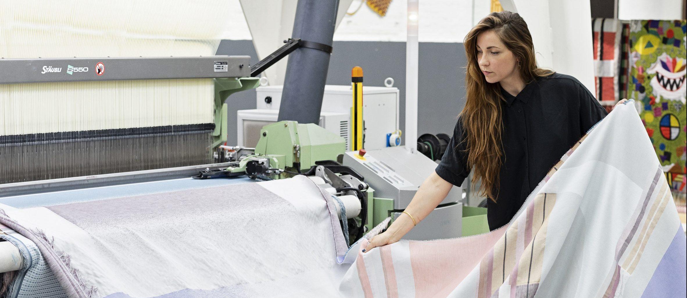 Mae Engelgeer in het TextielLab. Foto: Josefina Eikenaar