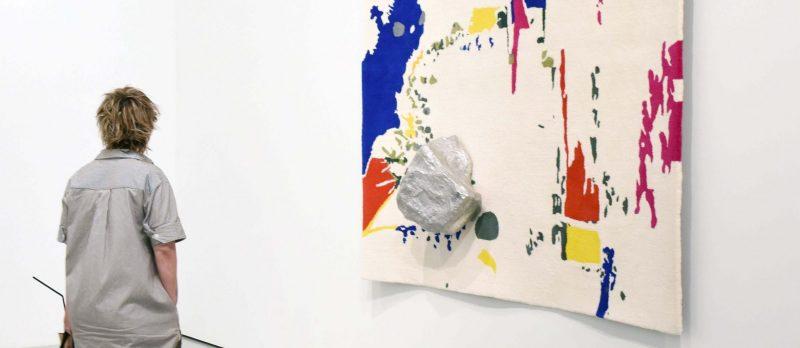 Bezoeker bij het werk van Saskia Noor van Imhoff