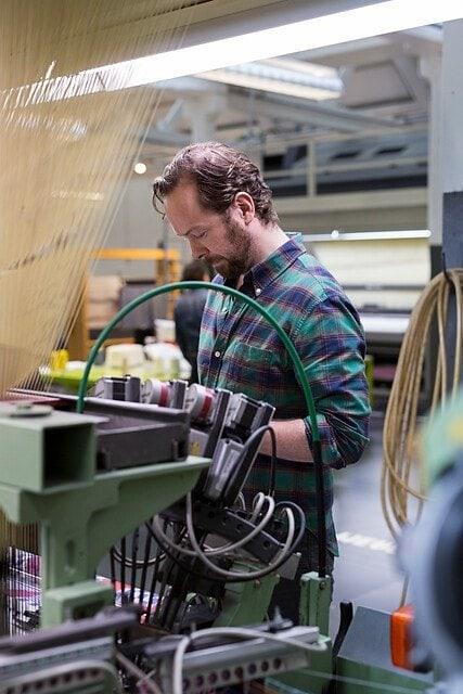 Jan Taminiau aan het werk in het TextielLab. Photo Josefina Eikenaar TextielMuseu