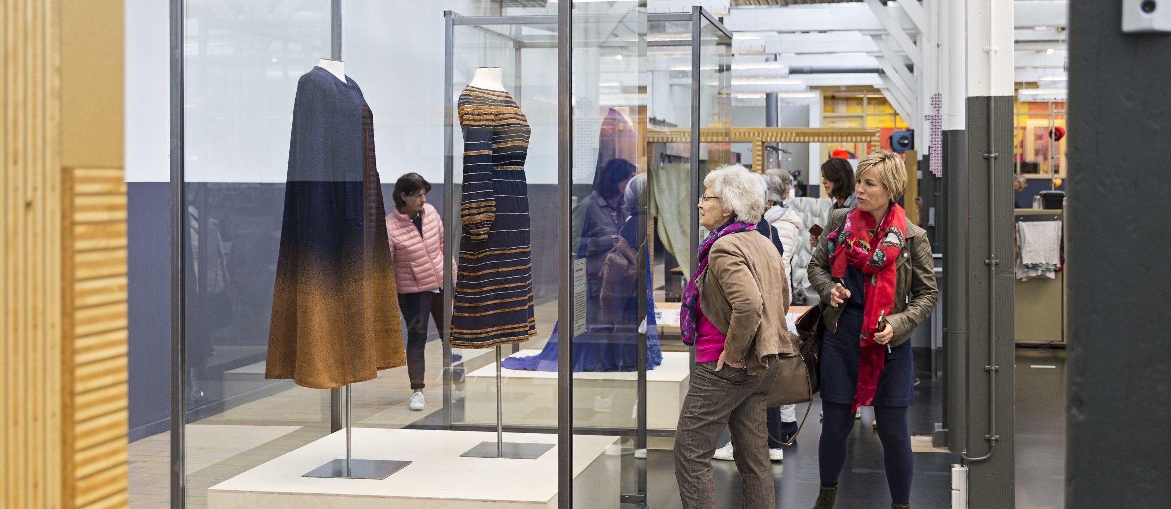 Bezoekers in de presentatie Oranje Boven. Foto: Josefina Eikenaar-TextielMuseum