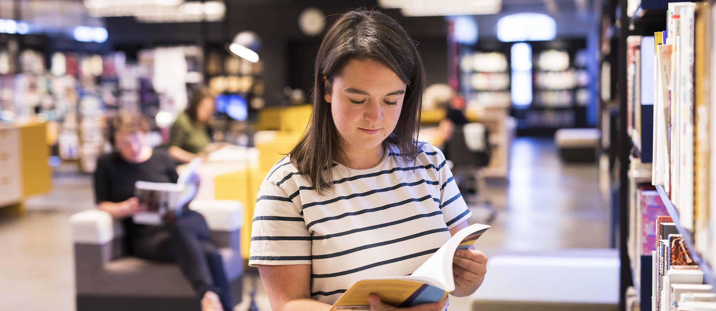 Bezoeker in de bibliotheek