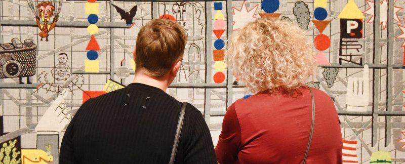 Bezoekers in de tentoonstelling Bauhaus&.
