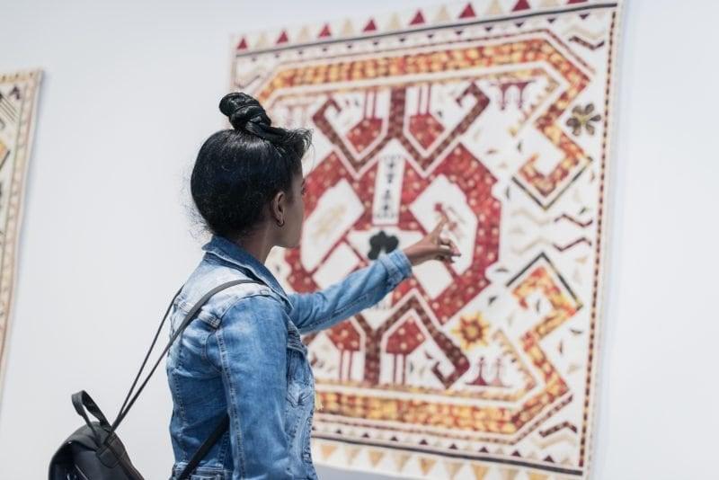 Bezoeker in een tentoonstelling