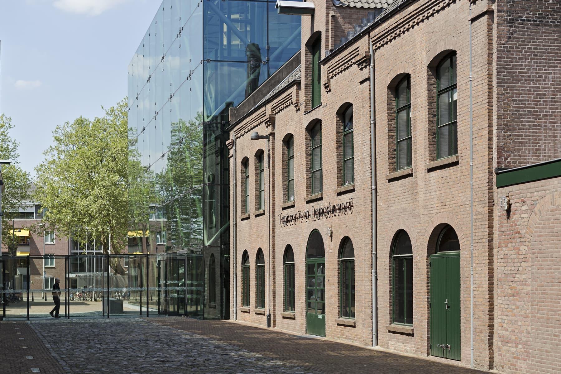 Het TextielMuseum vanaf de achterzijde