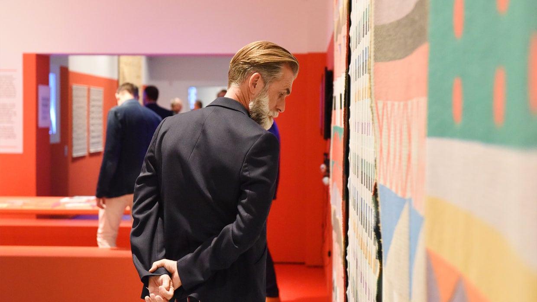 Bezoeker bij het werk van Marijn van Kreij. Foto: Diewke van den Heuvel.